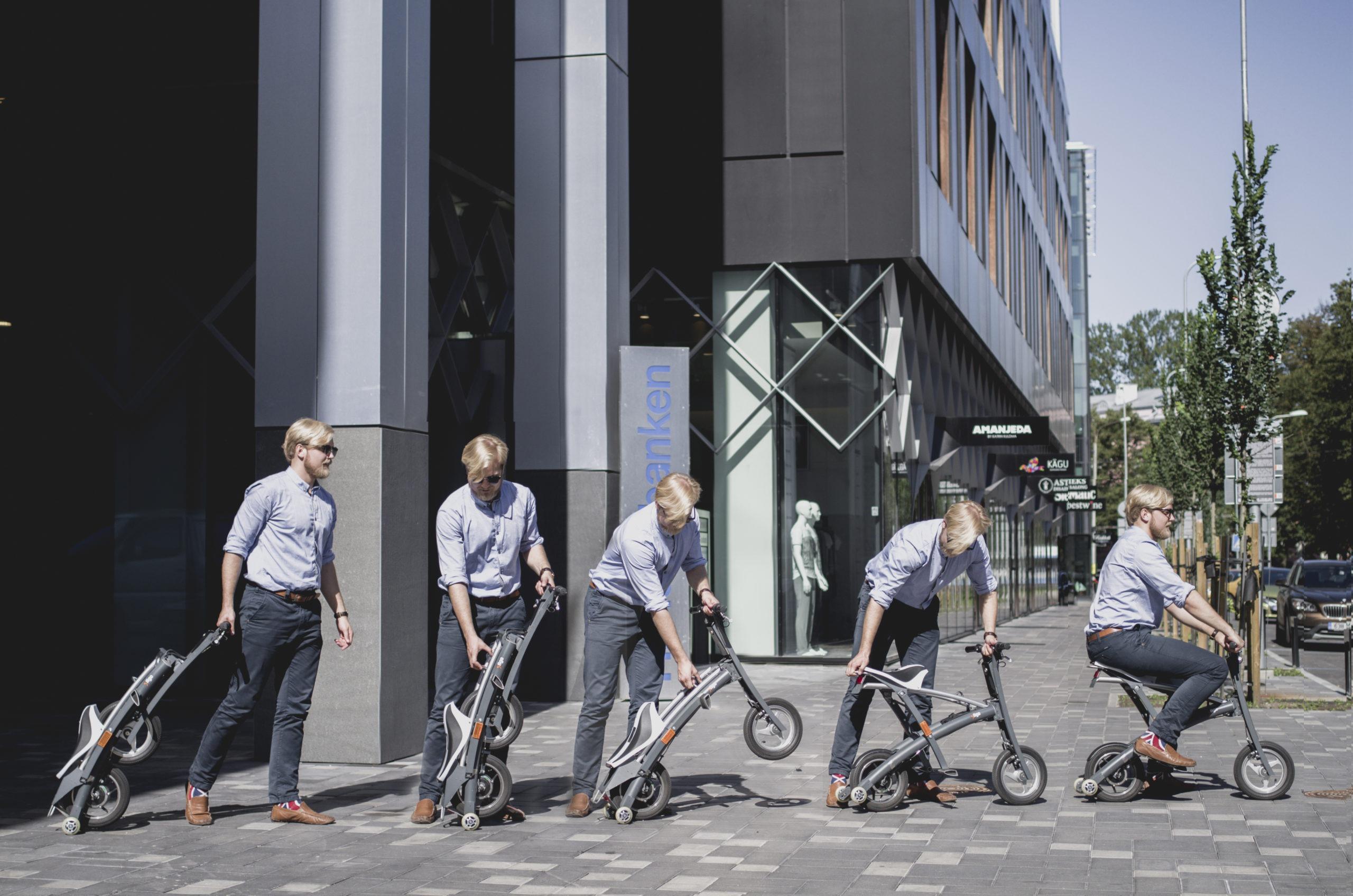 Un homme déplie son vélo stigo